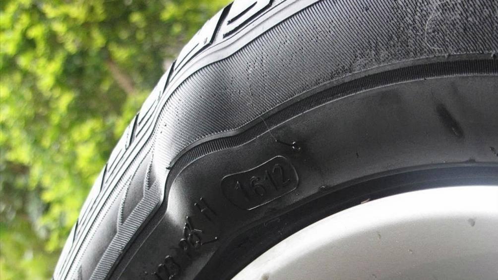 Lốp xe máy bị phồng gây nguy hiểm cho người điều khiển xe
