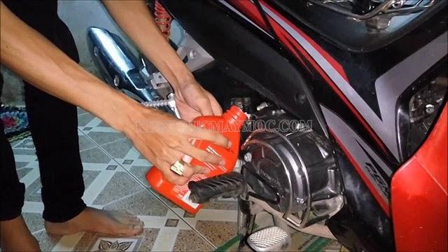 Xe máy bị nóng có thể do chất lượng dầu nhớt kém chất lượng