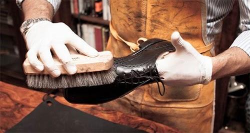 Sử dụng xi đánh giày để đem lại hiệu quả làm sạch giày một cách tốt nhất