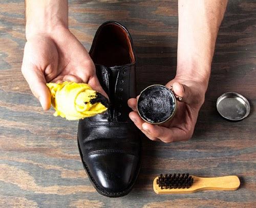 Sử dụng miếng vải lấy xi đánh giày và bắt đầu công đoạn làm sạch