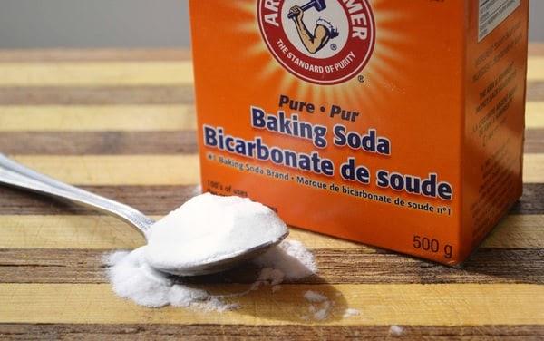 Vết mỡ, dầu ăn trên nền nhà bếp sẽ được loại bỏ bằng Baking Soda