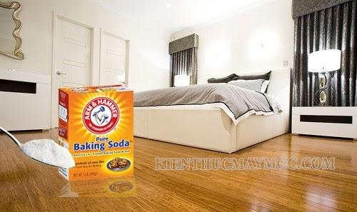 Rắc một chút bột Baking Soda lên các vết bẩn để làm sạch sàn phòng ngủ