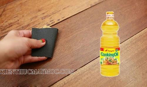 Các vết băng dính lâu ngày, khó làm sạch có thể sử dụng dầu ăn kết hợp với giấy nhám