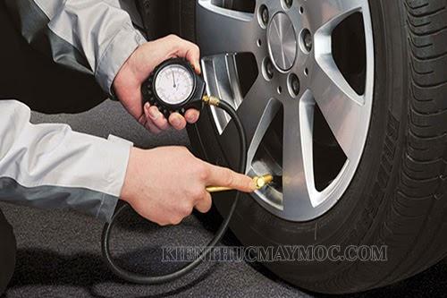 Sử dụng đồng hồ do để xác định áp suất lốp xe