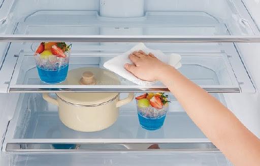Lau chùi làm sạch các khay kệ tủ lạnh bằng khăn mềm