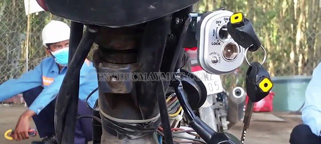 Mở mặt nạ xe để tìm giắc cắm nối với ổ khóa